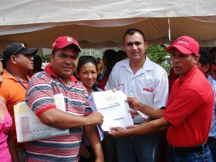 Alcalde Muñiz entregó recursos a tres consejos comunales