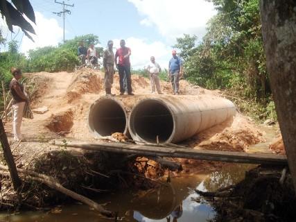 Alcalde Muñiz construye alcantarilla en sector Sucutum