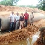 Alcalde dio respuestas en 3 días a vecinos de Sucutum para la reparación de alcantarilla.