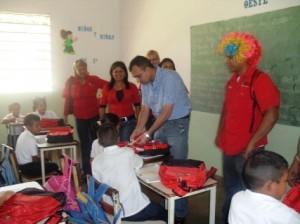 El alcalde Gustavo Muñiz hizo entrega de morrales junto al personal de la Gobernación de Bolívar