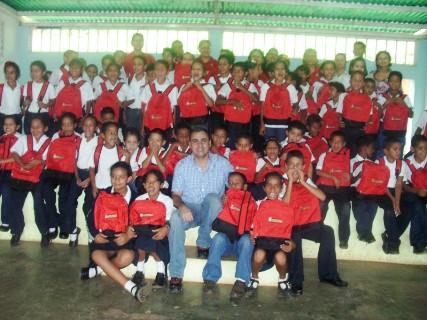 Los estudiantes alegres junto al alcalde Gustavo Muñiz.