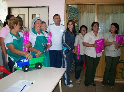 El Alcalde Gustavo Muñiz y su esposa Zulny Bonalde de Muñiz llevaron alegrías a los niños hospitalizados.