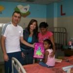 Los niños recibieron sus juguetes con alegría.