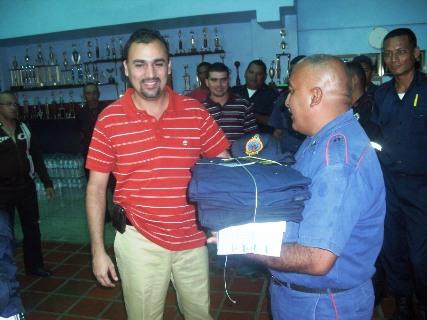 Funcionarios del Cuerpo de Bomberos reciben uniformes