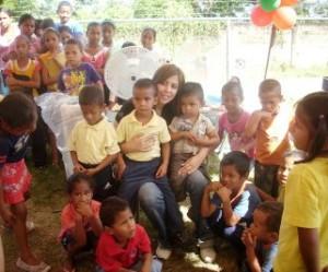 Primera Dama Zulny Bonalde llevó sonrisas a niños de Sucutum
