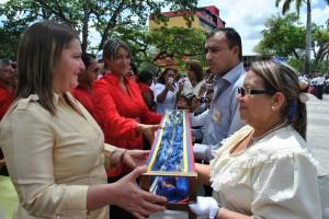 La alcaldesa Sol Rubinetti hizo la entrega de la réplica de la espada de Bolívar.