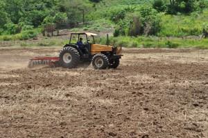 La Fundación Yocoima trabaja en la preparación de la tierra en La Gloria