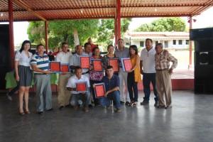 El alcalde Gustavo Muñiz hizo entrega de placas de reconocimientos a los trabajadores de la municipalidad.