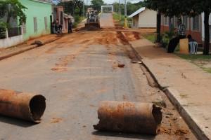 Maquinaria de Fundación Yocoima retiran escombros en la calle Bolívar de Upata