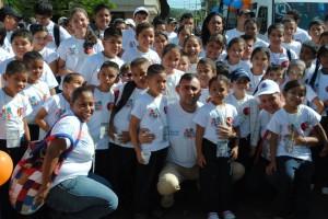 El alcalde Gustavo Muñiz junto a los hijos de los trabajadores en el Plan Vacacional
